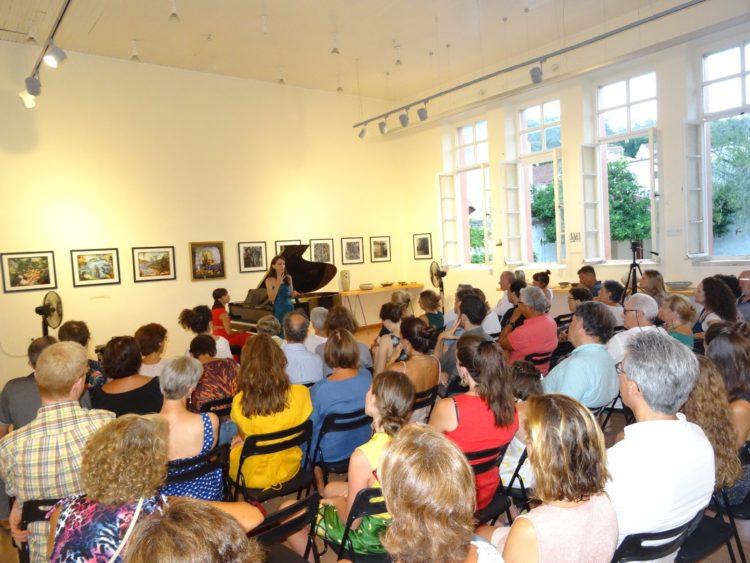 Η Βαλέρια Βετρούτσιο παρουσιάζοντας το πρόγραμμά της στο πιάνο σε μια κατάμεστη αίθουσα