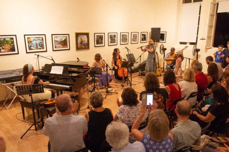 Ιρλανδικά Φτερά ΙΙΙ – Η Μόιρεν εξηγεί την ιστορία κάποιου Ιρλανδικού παραδοσιακού τραγουδιού μπροστά στον Δήμαρχο Παξών και την Πρέσβειρα της Ιρλανδίας στην Αθήνα.